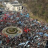 Several thousand Regions Party activists continue rally in support of Yanukovych