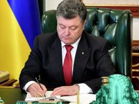 Poroshenko signs law banning persons with firearms from entering state buildings