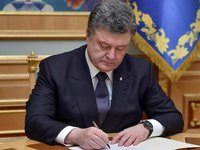 Poroshenko signs bill into law to formalize Ukraine's policy towards EU, NATO membership